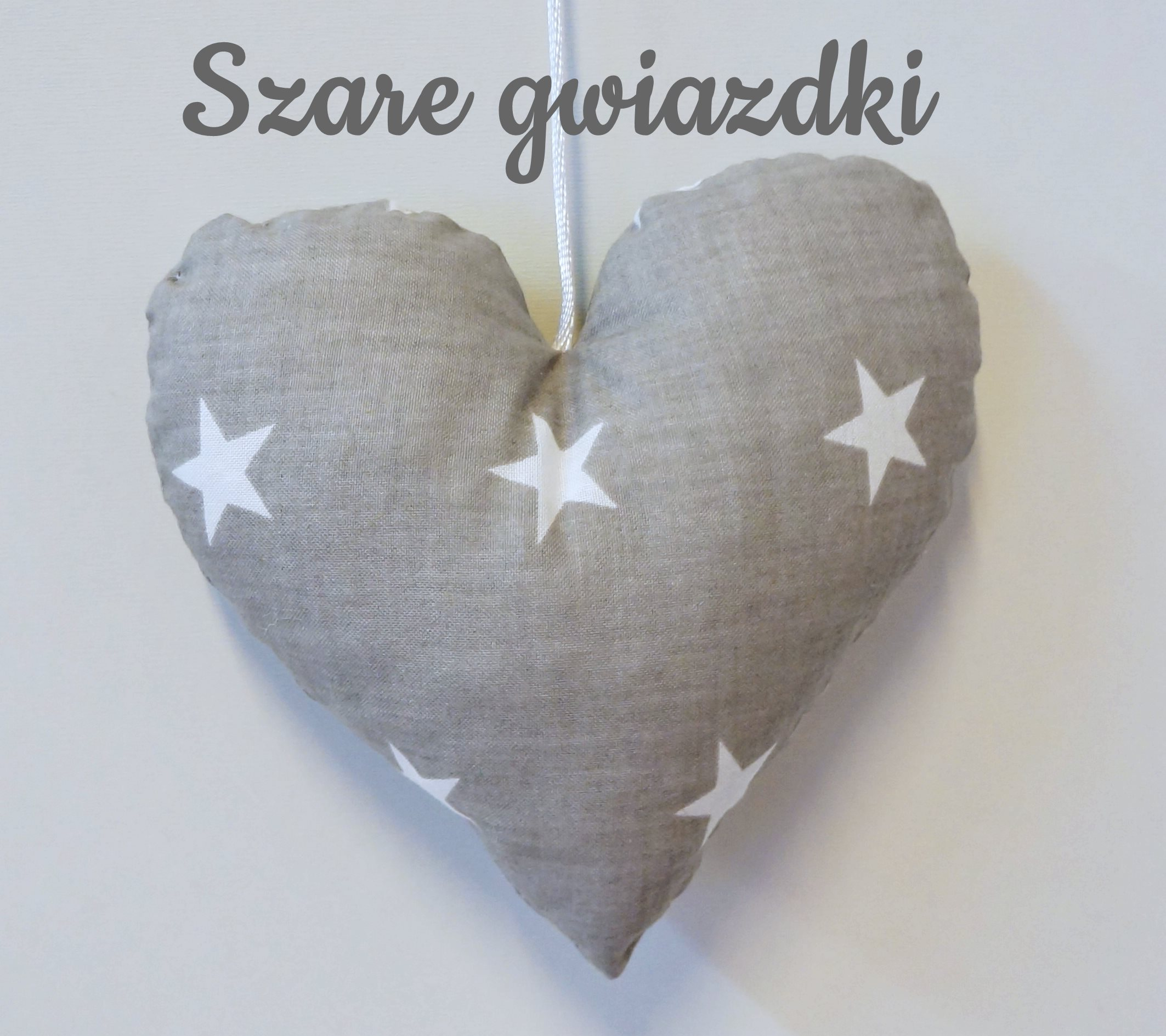 Śliczne zawieszki w kształcie serc o wielkości 15cm do pokoju dziecka.Dolly.Szaro-białe serduszko.