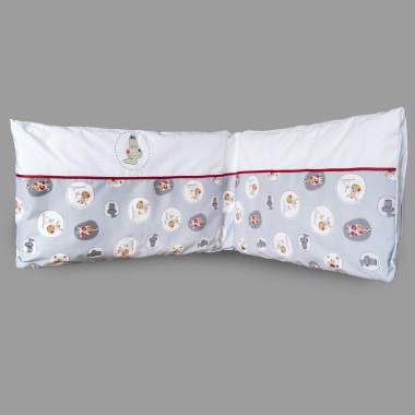 """Komplet pościeli do łóżeczka z ochraniaczem niemowlęcym. Pościel niemowlęca oraz ochraniacz do łóżeczka pasują zarówno na łóżeczko 140x70 cm jak i na 120x60 cm. Ochraniacz posiada funkcję """"łatwego prania"""" - wypełnienie można wyjąc z poszewki i prać oddzielnie. Skład: 100% bawełna, wypełnienie ochraniacza: włókno poliestrowe. Wymiary ochraniacza: długość: ok.170 cm, wysokość: ok.40 cm. Produkt wykonany w całości w Polsce. Producent Pony Design."""