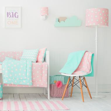 Oryginalna lampa podłogowa Pink Stars to pomysł na dodatkowe oświetlenie do dziecięcego pokoju. Lamps&Co.
