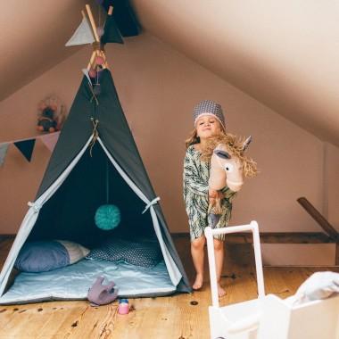 Namiot indiański Tipi w kolorze ciemnozielonym i szarym z dwustronną podłogą. Idealny do zabawy w domu, tarasie oraz w plenerze.