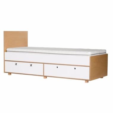 Białe łóżko z szufladami.
