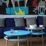 Kolorowy, okrągły, niski stolik kawowy, idealny również do pokoju dziecka.