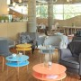 Kolorowy, okrągły średniej wielkości stolik kawowy, idealny również do pokoju dziecka.