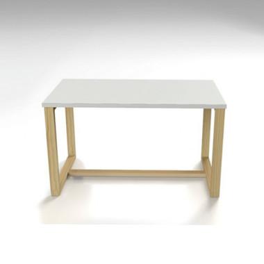Stolik kawowy biały z drewnianymi nogami.