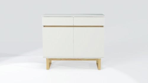 Biała komoda z drewnianymi nogami i oryginalnym otwieraniem frontów