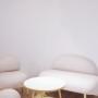 Zabawna sofka z metalowymi skarpetkami. Wygodna i miękka , idealna do salonu lub sypialni.