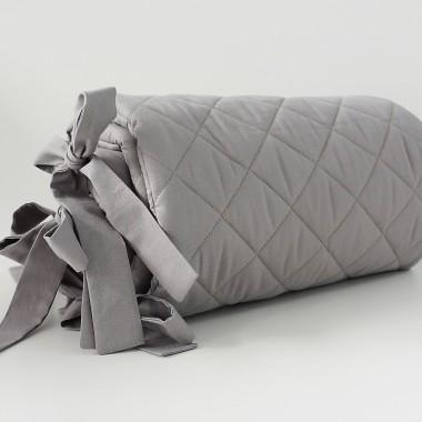 Delikatny ochraniacz w kolorze grafitowym wykonany ze 100% pikowanej bawełny.