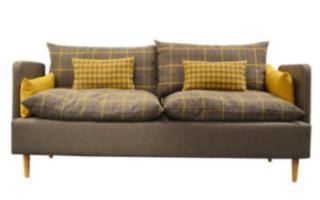 Wygodna sofa wypoczynkowa z miękkimi poduchami. Drewniane nogi.
