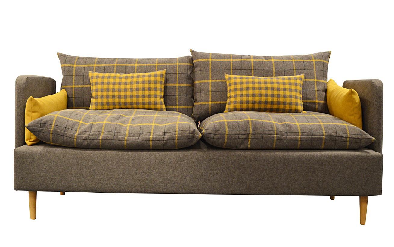 Wygodna brązowa sofa wypoczynkowa z miękkimi poduchami. Drewniane nogi.
