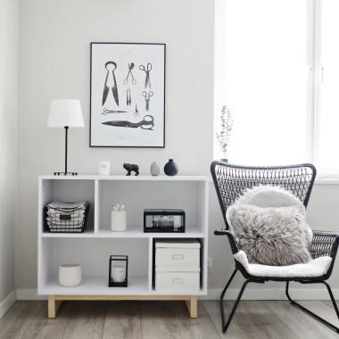 Biały minimalistyczny regał w stylu skandynawskim