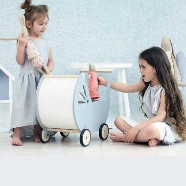 Uroczy, drewniany wózek dla lalek, zaprojektowany i wykonany z wielką starannością, przyjazny i bezpieczny dla maluchów.