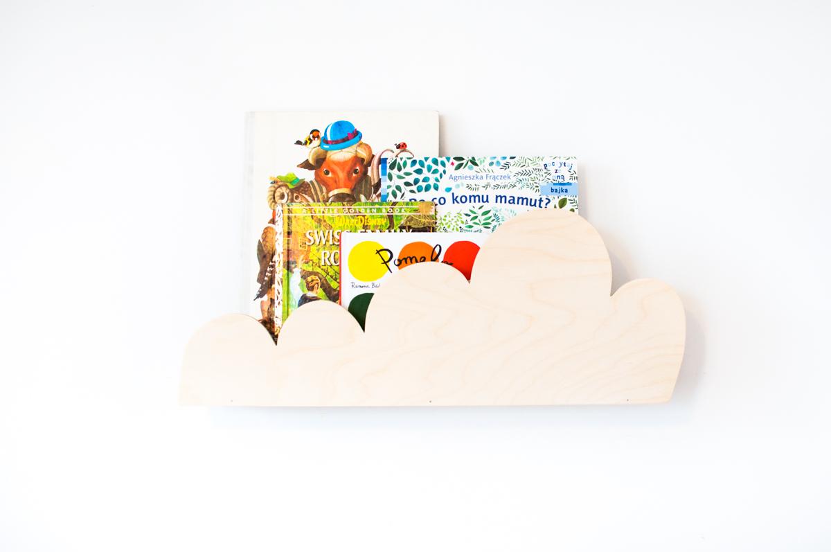 Półka chmurka to piękny i funkcjonalny dodatek do dziecięcego pokoju. Półka wykonana jest ze sklejki malowanej farbami wodnymi, bezpiecznymi dla dzieci.
