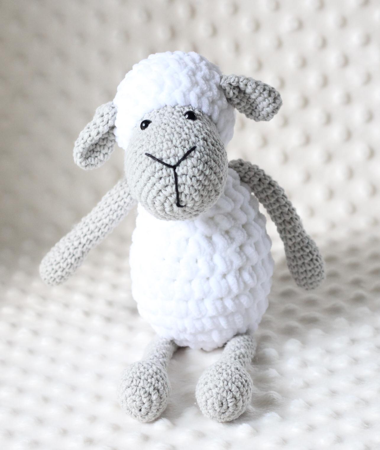 Mięciutka owieczka Anuszka z długimi rączkami, które z łatwością obejmą dziecięcego przyjaciela.