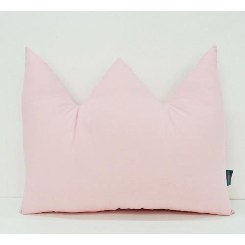 Poduszka w kształcie korony w pudrowym różu.