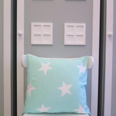 Miętowa poduszka w białe gwiazdy.