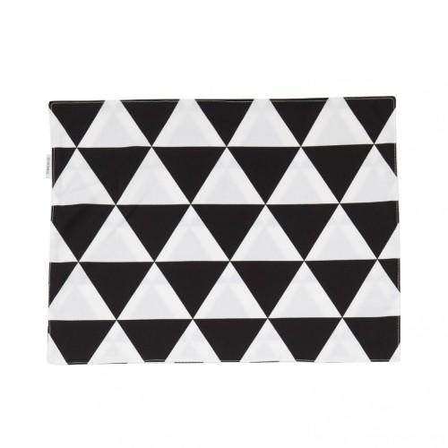 Dwustronna podkładka pod talerz w prosty i ponadczasowy wzór czarno-białych trójkątów.