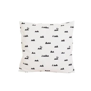 Poszewka na poduszkę w prosty i ponadczasowy biało-czarny wzór góry i króliczki.