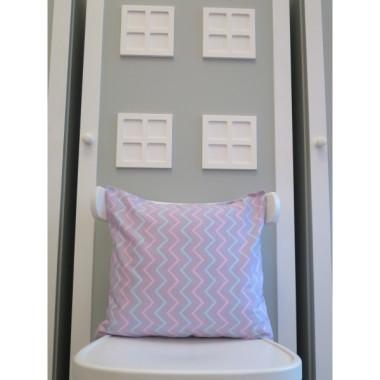 Fioletowa poduszka w różowo-niebieskie zygzaki.