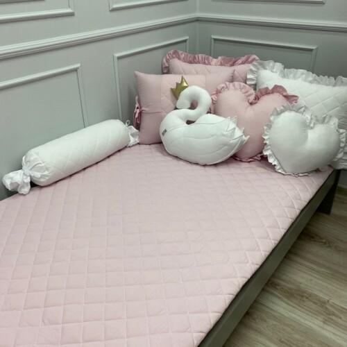 Pikowana różowa narzuta na łóżko do pokoju dziecka