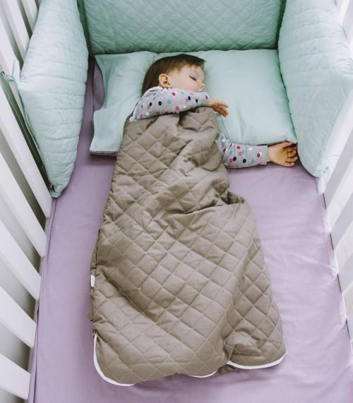 Śpiworek z pikowanej tkaniny.