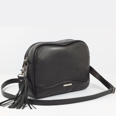 Czarna bardzo elegancka w swym minimalizmie torebka. Uszyta ze skóry saffiano, co gwarantuje trwałość.