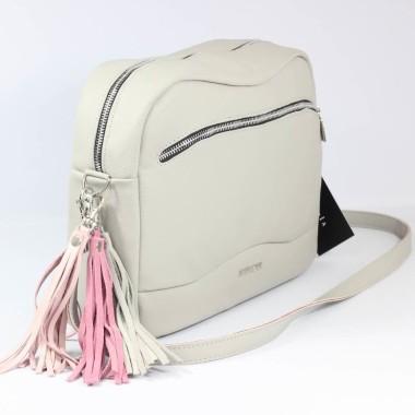 Jasna, szykowna torebka. Uszyta z delikatnej ale mocnej skórki i ozdobiona ślicznym biało-różowym frędzlem.
