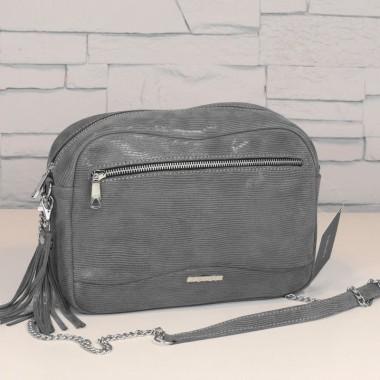 Wygodna i stylowa torebka, którą można nosić w ręce lub na długim pasku. Zdobiona srebrnymi okuciami i frędzelkiem.