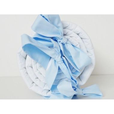 Biały ochraniacz dla niemowląt z niebieskimi kokardami