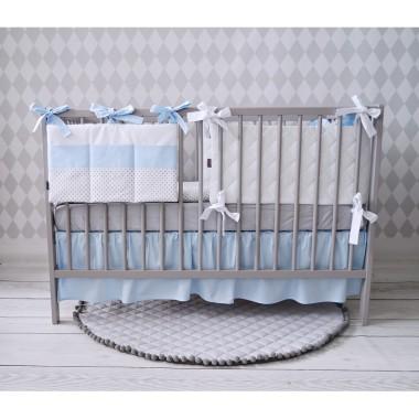 Śliczny zestaw - pościel z niebieska falbanką, organizer i ochraniacz. Bardzo pasuje do pokoju chłopczyka.