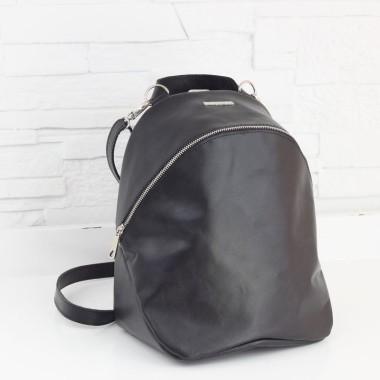Plecak z doskonałej czarnej skóry, miękkiej i delikatnej w dotyku. Świetny design.