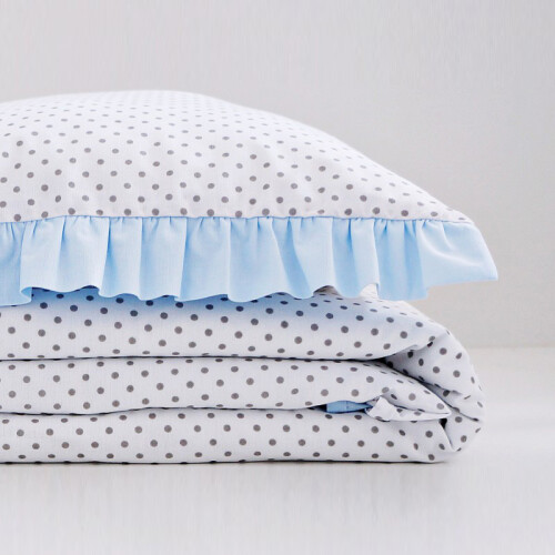 Biało-niebieska bawełniana pościel do łóżeczka dziecięcego.