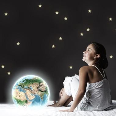 Prześliczny efekt świecących gwiazdek, Emitują blask po zgaszeniu światła.