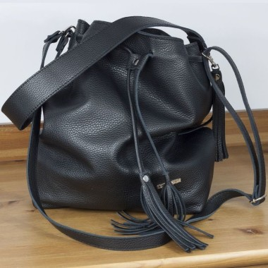 Torba z doskonałej czarnej skóry, miękkiej i delikatnej w dotyku. Czarna - zawsze elegancka i komfortowa.