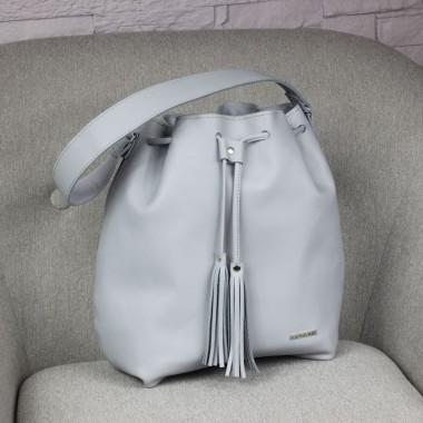 Modna torebka, świetna stylizacja na lato. Uszyta z szarej skóry licowej, ozdobiona srebrnymi okuciami i frędzlem.