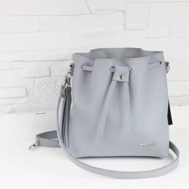 Modna i bardzo elegancka torebka. Uszyta z jasno szarej skóry licowej, ozdobiona srebrnymi okuciami i frędzlem.