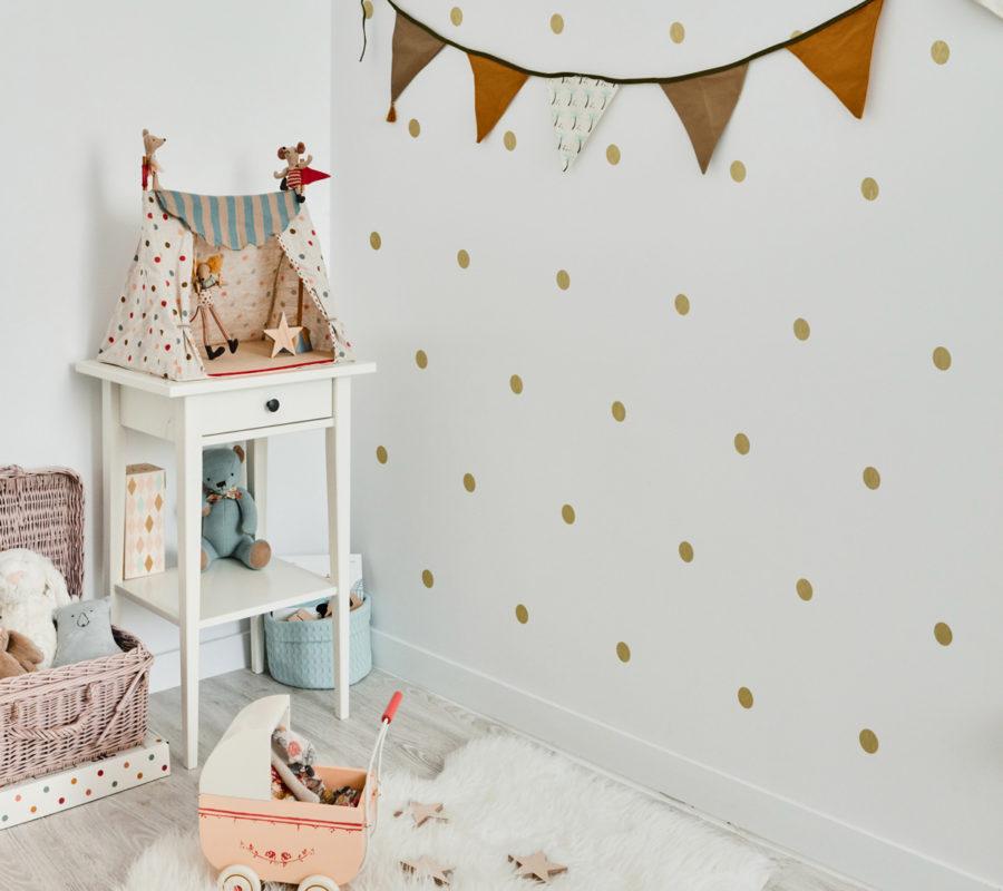Dekoracja ściany -złote kropeczki - do samodzielnej aplikacji. Bardzo pasuje do pokoju dziewczynki.