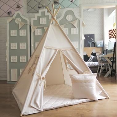 Namiot z beżowej bawełny, wykończony koronką nad wejściem i nad okienkami. Przecudny prezent.