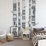Surowa i bardzo elegancka czarno-biała dekoracja do pokoju w stylu skandynawskim ale także do klasycznego gabinetu.