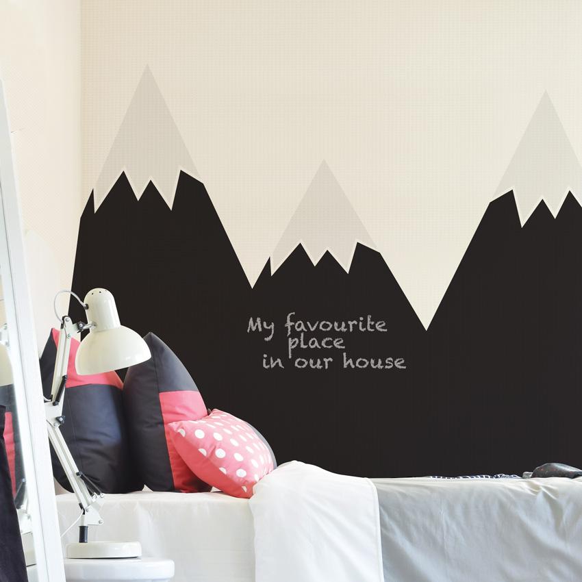 Prosta i użytkowa dekoracja pokoju dziecka. Można pisać kolorową kredą. Idealna do zabezpieczenia w pokoju dziecka ściany za łóżeczkiem, przewijakiem.
