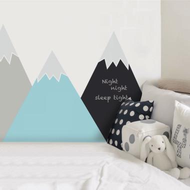 Prosta i elegancka dekoracja pokoju dziecka. Idealna do zabezpieczenia w pokoju dziecka ściany za łóżeczkiem, przewijakiem.