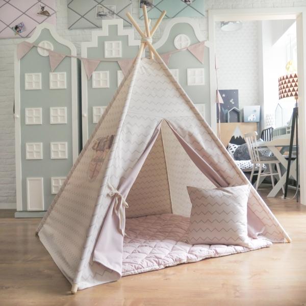 Namiot z szaro-białej bawełny w zygzaki. Podszycie drzwiczek i zasłonka wykonane z różowej bawełny.Cudny zestaw.