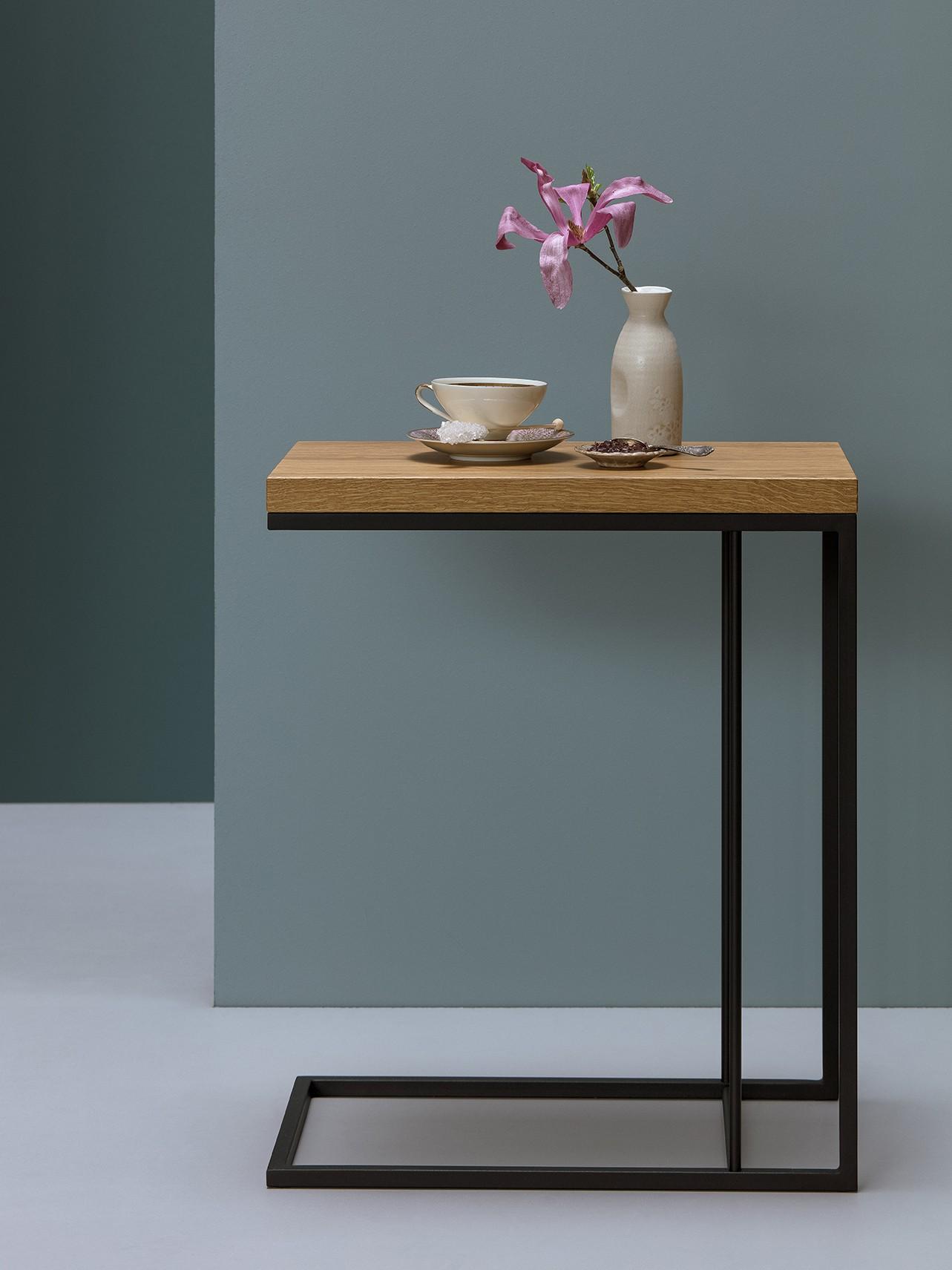 Minimalistyczny stolik pomocniczy