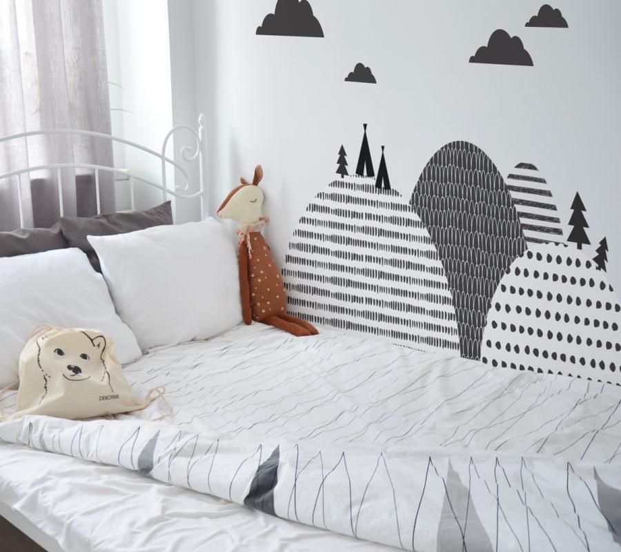 Naklejka w stylu skandynawskim. Idealna do zabezpieczenia w pokoju dziecka ściany za łóżeczkiem, przewijakiem.