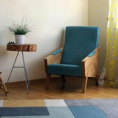 Designerska interpretacja mebla z połowy XX wieku. Fotel piękny i elegancki.
