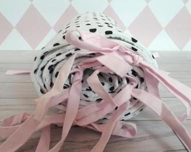 Ochraniacz czarne kropeczki z jasno różowymi wstążkami