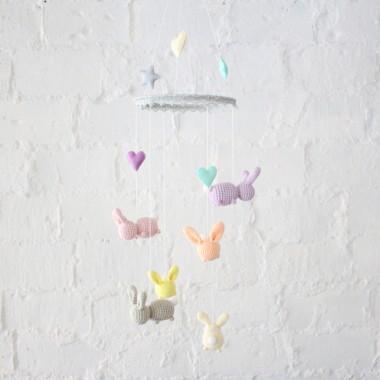 Karuzela z króliczkami w delikatnych pastelowych kolorach Znajdzie swoje miejsce nad łóżeczkiem, w oknie lub ozdobi ścianę pokoiku dziecka.
