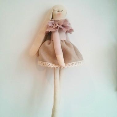 Duża przytulanka w ubranku dla niemowlaka królik Zoja
