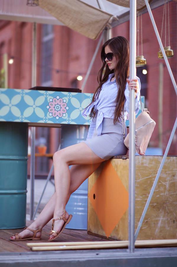 stylizacja-na-lato-w-koszuli-sandałach