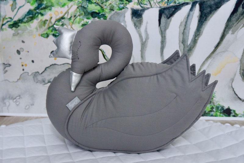 Piękna poduszka w kształcie łabędzie w kolorze grafitowym