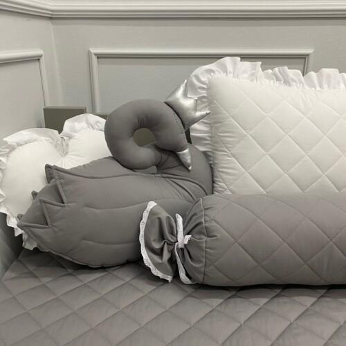 Poduszka wałek uszyta z pikowanej bawełny.